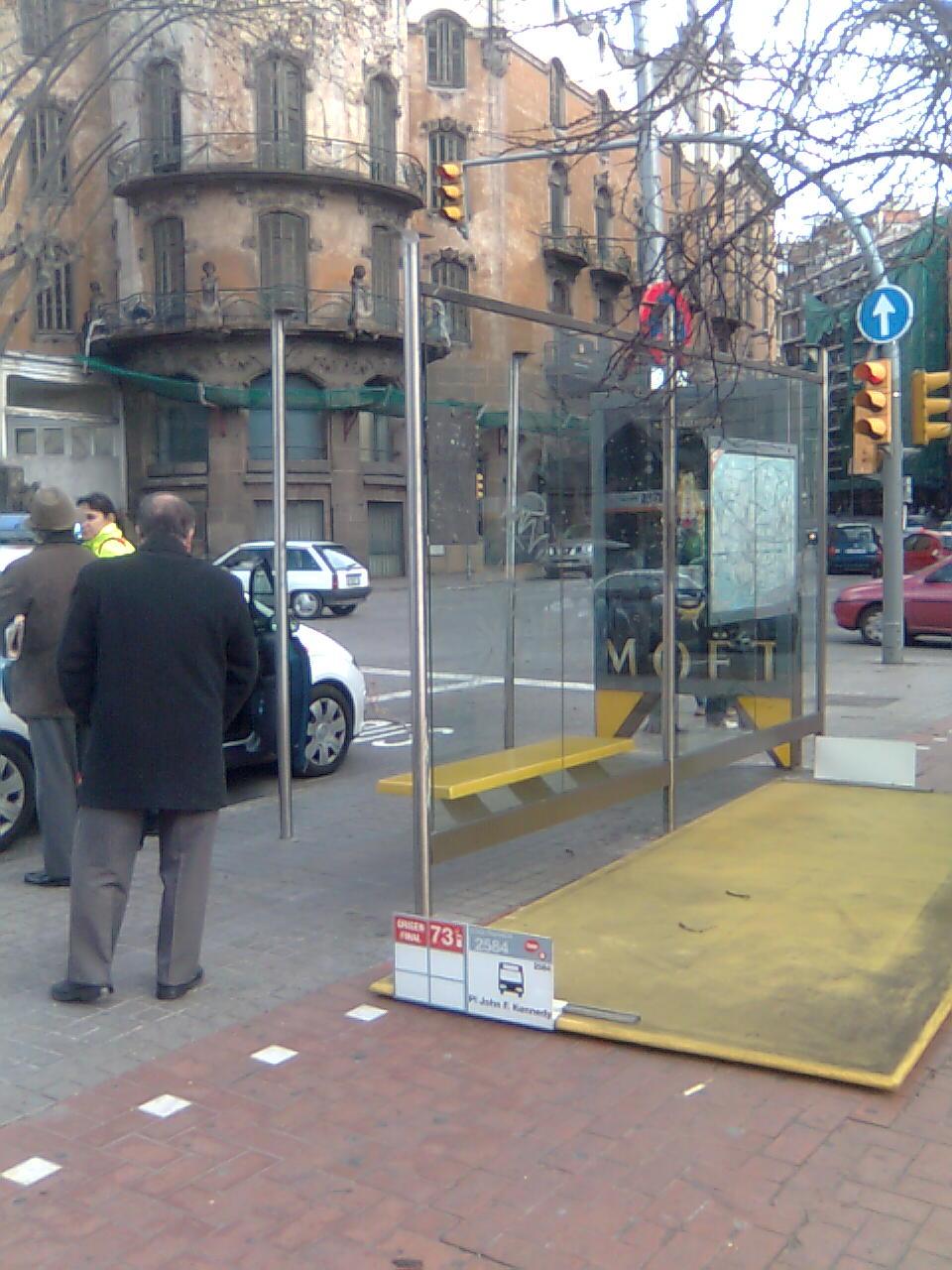 Parada d'autobús i el sostre corresponent a la pl. Kennedy